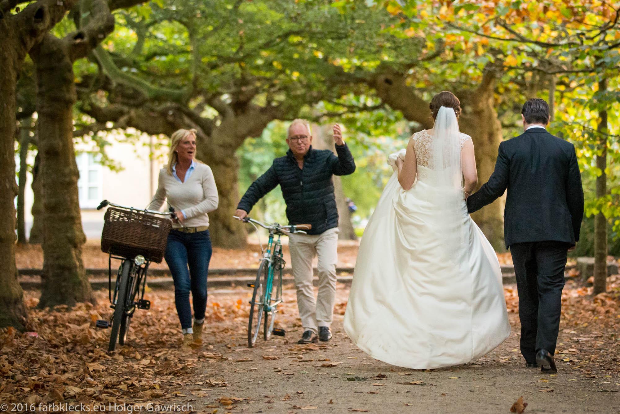 Brautpaar mit Passanten